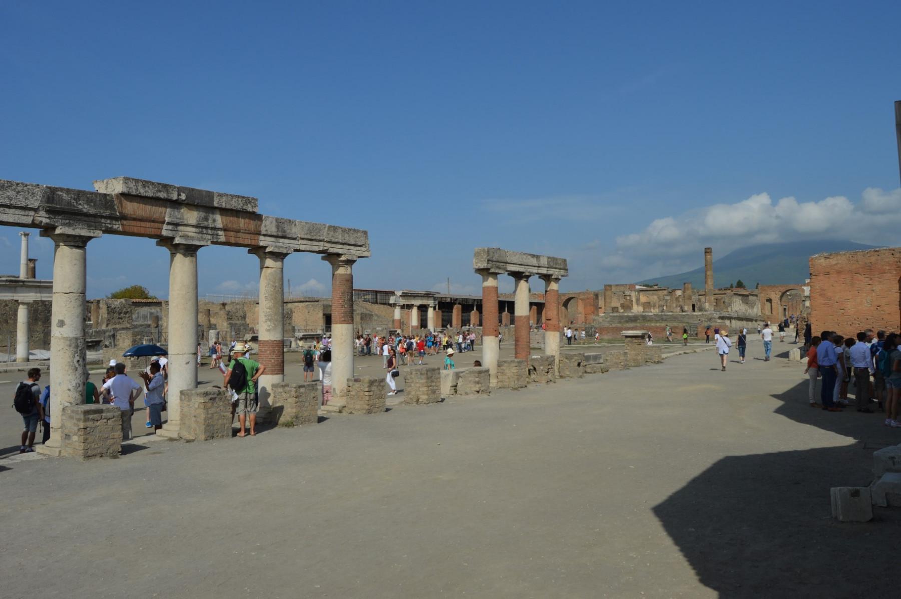 Pompeji_Forum_Säulen_Vesuv